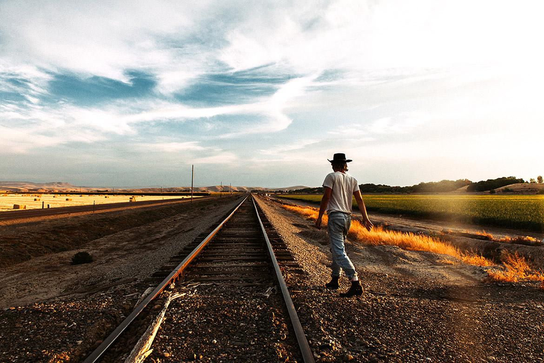 2015-06-Life-of-Pix-free-stock-photos-rail-men-back-hat-sidiomaralami